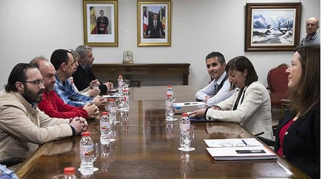"""El secretari general de la Unió Sindical d'Andorra (USdA), Gabriel Ubach, ha anunciat que es duran a terme noves mobilitzacions després de reunir-se amb la ministra Eva Descarrega per tractar les modificacions sobre les esmenes de la llei de funció pública. Segons Ubach, la llei s'ha elaborat """"sense consens ni diàleg"""" i la ministra de Funció Pública els ha dit que la llei entrarà en vigor demà. El representant sindical ha lamentat que Govern confongui """"el diàleg amb la imposició"""" i, per aquest motiu, ha declarat que els sindicats es començaran a moure per dur a terme noves accions que encara estan per a definir. També ha anunciat que es reuniran amb altres grups parlamentaris i posaran en marxa signatures per a l'avançament d'eleccions ja que Govern """"no escolta""""."""