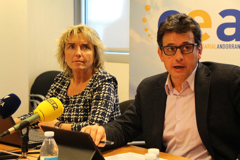 """La Confederació Empresarial Andorrana (CEA) va emetre ahir un comunicat en el qual manifesta que """"abans d'abordar"""" les reformes de la Caixa Andorrana de Seguretat Social (CASS) cal """"afrontar i implementar"""" les mesures de contenció i de racionalització recollides en el Pla de salut elaborat per Govern. En la missiva, els empresaris defensen que s'apliquin mesures de contenció i racionalització de la despesa amb """"caràcter d'urgència"""" abans de tractar qualsevol tema sobre la branca de jubilació. El col·lectiu empresarial va manifestar la seva """"oposició"""" a la proposta presentada pel consell d'administració de la CASS sobre el sistema de pensions. En aquest sentit, destaquen que el sistema actual """"presenta deficiències estructurals"""" i posen de manifest que consideren """"necessari"""" l'augment del factor de conversió o retardar l'edat de jubilació de manera progressiva """"els anys que calgui"""". Entre les propostes dels empresaris, també destaquen la de passar de 5 a 7 anys el temps mínim d'adquisició dels drets de jubilació, establir una carència per a l'establiment de mesures, i que en cas que es decideixi augmentar la cotització """"cal definir l'equilibri de la càrrega entre empresa i treballador"""". Tanmateix demanen una assegurança complementària regulada i no aplicar les mesures de manera retroactiva. Per acabar, posen de manifest que abans d'implementar mesures que impliquin una """"major pressió fiscal"""" i que redueixin la capacitat de captar talent, consideren necessari aplicar mesures """"correctores del desequilibri"""" del sistema. El consell d'administració de la CASS va aprovar una proposta per al Govern que consisteix en vuit propostes d'impacte per garantir la viabilitat del sistema de pensions, entre aquestes es va proposar crear una taxa sobre el tabac i l'alcohol per destinar-la al fons de pensions o situar l'edat de jubilació als 67 anys."""