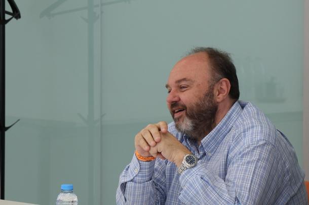"""""""En lloc d'una llei de llibertats, és una llei de coaccions"""". D'aquesta manera s'ha posicionat el secretari general de la Unió Sindical d'Andorra (USdA), Gabriel Ubach, sobre el projecte de llei de seguretat pública que l'executiu va aprovar la setmana passada. D'aquesta manera, i davant la possibilitat, recollida en el redactat, que una manifestació pugui ser prohibida o dissolta quan comprometi la lliure circulació o la integritat de persones i béns, Ubach ha manifestat que """"una manifestació pacífica s'ha de poder fer"""" sempre i quan es faci respectant l'entorn i les persones. Ubach ha mostrat, de fet, la seva indignació perquè """"s'impedeixi o es vulgui impedir que una persona pugui convocar una manifestació pacífica carregant-li a les seves esquenes totes les responsabilitats"""". D'aquesta manera, valorava, a més, el fet que els organitzadors seran els responsables subsidiaris dels danys que hi pugui haver durant una manifestació."""