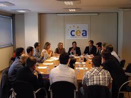 """Francesc Zamora, el representant dels empresaris al consell d'administració de la Caixa Andorrana de Seguretat Social (CASS), ha expressat que la intenció des de la Confederació Empresarial Andorrana (CEA) """"és d'anar equilibrant a poc a poc les aportacions de cotització per a la jubilació que fan l'empresari i el treballador"""", mentre que admet que, per a la branca general de cotitzacions, """"s'estan estudiant una sèrie de mesures perquè es pugui racionalitzar al màxim la despesa"""". Aquest va ser un dels punts més calents que van discutir els altres membres del consell d'administració de la CASS amb Jordi Galobardas, l'antic representant dels empresaris abans que Zamora, durant les converses per tractar de reformar les pensions. El representant dels empresaris al consell de la CASS va assistir ahir al dinar que el Club de Marketing d'Andorra va organitzar per a la junta i els socis, i al qual també va estar present el president de la CEA, Xavier Altimir, i en el qual van poder discutir temes com el futur de la seguretat social. En aquest sentit, també ha confirmat que la proposta dels empresaris per tractar d'endarrerir l'edat de jubilació segueix en peu. """"En el sector terciari ens sembla bé que hi hagi treballadors que allarguin la jubilació per l'experiència que poden aportar tant a l'empresari com als treballadors més joves que s'incorporen"""". No obstant això, Zamora admet que """"en llocs de risc, o en situacions en les quals els treballadors estan en una condició més exposada, l'edat de jubilació continuï sent de 65 anys"""". CANVIS PER ALS AUTÒNOMS Zamora també va voler aplaudir els canvis que ha portat a terme el Govern durant l'últim mes en relació amb la cotització dels treballadors autònoms. """"A partir d'ara s'ha reorganitzat perquè els treballadors puguin cotitzar en funció del seu revingut"""", va comentar Zamora, que admet que fins ara el sistema era un """"gran calaix de sastre"""". """"No és el mateix una cotització d'un arquitecte o d'un enginyer que treballi com a autònom """