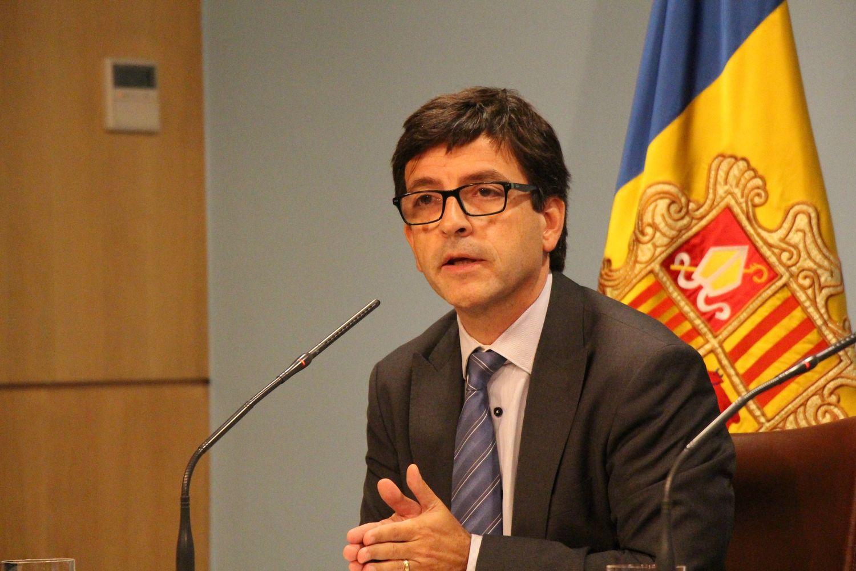 """Apuntar que el preu mitjà de lloguer a Andorra és d'entre 539 i 587 euros ha generat molta indignació entre la població, ja que s'interpreta que no es correspon amb la realitat del que actualment es paga. És per això que el ministre portaveu, Jordi Cinca, ha hagut de sortir al pas per """"contextualitzar"""" i aclarir les dades que aquest passat dimarts el departament d'Estadística va presentar davant de la Comissió Nacional de l'Habitatge. El també titular de Finances ha apuntat que les xifres que es van entregar no corresponen a un """"estudi específic"""" sinó que sorgeixen d'una enquesta que es fa anualment per saber amb què es gasten els diners dels pressupostos familiars i quina part concretament es destina a pagar el lloguer. A més, les dades entregades són del 2017 i no tenen en compte ni aquells habitatges destinats a temporers ni tampoc incorpora l'oferta del mercat de lloguer actual, ja que l'enquesta es fa a famílies assentades al país i, per tant, reflecteix una mitjana respecte a contractes antics o que es van signar fa uns quants anys. Tots aquests elements, no inclosos en les dades lliurades aquest dimarts, """"matisen moltíssim el preu final"""", ha argumentat Cinca i en distorsionen el resultat. Però un cop fets aquests aclariments, el ministre ha recalcat i ha defensat que per famílies assentades i amb contractes en vigència la dada que surt de l'anàlisi del mercat del 2017 (amb una mostra de 426 enquestats) és """"suficientment significativa perquè sigui una dada força fiable"""". Davant d'unes dades que no representen el conjunt del mercat actual de lloguer, Cinca ha recordat que la Comissió Nacional de l'Habitatge continua treballant i que s'està a l'espera de les dades que els comuns es van comprometre a lliurar a Estadística en base a la declaració anual de l'inquilinat. Aquest element permetrà saber el preu del lloguer de tots els habitatges, sense discriminació si són famílies o temporers que hi viuen. També ha apuntat que està en marxa una diagnosi per poder esbr"""