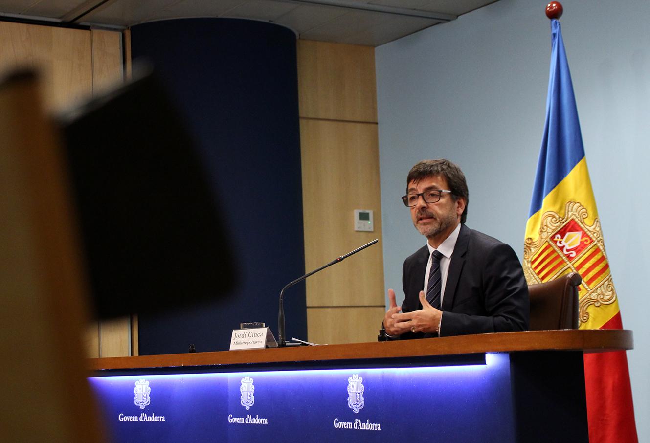 El ministre d'Afers Socials, Justícia i Interior, Xavier Espot, davant de les crítiques de la ciutadana en relació amb el preu mitjà del lloguer que el Govern va presentar el passat dimarts a la Comissió Nacional de l'Habitatge, ahir va reconèixer que «potser no vam saber-ho explicar prou bé» i va apressar-se a aclarir que la mitjana d'entre 540 i 587 euros que es va facilitar feia referència al preu dels lloguers de l'any 2017. Concretament, tal com va precisar el ministre Portaveu, Jordi Cinca, en la roda de premsa posterior al Consell de Ministres, aquelles dades sorgien d'una enquesta que es fa anualment per saber amb què es gasten els diners dels pressupostos familiars i quina part es destina a pagar el lloguer. Espot va assegurar que «el que es va presentar són estudis objectius i acurats que han fet tècnics i que, per tant, no tenen cap finalitat política de minimitzar la situació de l'habitatge que es viu en l'actualitat». Tot i així, va voler tranquil·litzar la població admetent que «nosaltres no donem per bones aquestes dades com a mitjanes dels lloguers actuals i encara menys dels increments que s'estan aplicant». Tot contextualitzant les xifres que han generat tanta polèmica, el ministre Portaveu va indicar que l'estudi d'on provenen només té en consideració les famílies assentades al país, en cap cas els temporers, i compta amb una mostra de 426 enquestats. «És suficientment significativa perquè sigui una dada força fiable», va sostenir Cinca en tot moment. Espot, no obstant, va subratllar que «volem millorar la fiabilitat d'aquestes dades a través de la Comissió de l'Habitatge». Induir a l'engany L'anunci d'uns preus molt allunyats de la realitat va derivar en crítiques molt contundents i majoritàriament en el mateix sentit. El raonador del ciutadà, Marc Vila, va apuntar que «aquestes primeres dades tenen poc valor i poden portar a l'engany perquè divergeixen molt de la situació actual». De fet, va precisar que hi ha dos elements distorsionadors. «L'es