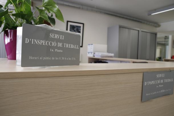 Denúncies i controls El servei d'Inspecció de Treball va rebre 115 denúncies per incompliment de les condicions generals a la feina; va fer deu inspeccions d'ofici i 307 actuacions posteriors. També es van inspeccionar 96 centres de treball per vigilar el compliment d'aquestes condicions generals. Pel que fa als controls de les mesures de seguretat i salut laborals, es van fer 332 actuacions en 129 centres de treball. En aquest àmbit, el servei d'Inspecció de Treball va tenir coneixement de 49 accidents laborals durant el 2018. Per altra banda, i per controlar el compliment de la Llei 34/2008 de la seguretat i la salut en el treball, es van fer 29 inspeccions d'ofici de seguretat o per accident laboral, i 95 controls d'ofici en convocatòries d'empreses, per denúncies o oficis de condicions generals. L'article més infringit en condicions generals de treball va ser el n. 99 del derogat Codi de relacions laborals, que es referia a la quitança, amb 54 infraccions. En seguretat i salut en el treball, el més vulnerat va ser el número 19, sobre la vigilància de la salut dels treballadors d'una empresa, amb 46 infraccions. Consultes En el capítol de consultes realitzades al servei d'Inspecció de Treball, de manera presencial en va atendre 5.729, i per telèfon, 16.078. El temes més recurrents van ser els referits als permisos retribuïts i no retribuïts, càlcul salarial, vacances, compensacions, preavisos, salari mínim i desistiment del treballador. Els contractes de menors augmentenun 18,6% El servei d'Inspecció de Treball va autoritzar 801 contractes de menors el 2018, la qual cosa suposa un augment d'un 18,6% respecte el 2017, quan va donar el vistiplau a 675. Els contractes denegats van ser vint enfront els set de fa dos anys. També va aprovar 147 contractes en condicions especials, 139 corresponents a usuaris del programa Agentas de l'Escola Especialitzada Nostra Senyora de Meritxell i vuit del ministeri de Salut. Pel que fa als contractes en pràctiques, Inspecció de Tre