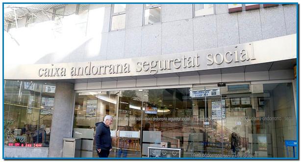 Els autònoms que s'hagin vist obligats al cessament de l'activitat laboral per la situació d'emergència sanitària s'han d'adreçar a la CASS, on s'acolliran a la suspensió de la totalitat del pagament de les cotitzacions durant el període de confinament obligatori.La Caixa Andorrana de Seguretat Social ha comunicat aquest matí, arran de la llei aprovada ahir pel Consell General, una sèrie de mesures de suport als assegurats i autònoms per la situació d'emergència sanitària del coronavirus. Els assegurats que es trobin aïllats o diagnosticats per la Covid-19, rebran la baixa considerada com accident laboral i passaran a cobrar el 66% del sou. El personal sanitari o dels sectors actius aïllats o diagnosticats passaran a cobrar el 66% del seu salari, realitzant un complement per arribar al 100% en cas que la persona no tingui una assegurança complementària i sempre que l'empresa hagi declarat la situació com accident laboral.En el cas que l'empresa habiliti sistemes de teletreball no es considerarà l'aïllament com situació de baixa i l'empresa no ha de gestionarla declaració d'accident laboral.Pel que fa a les empreses que s'han vist obligades a suspendre l'activitat, poden demanar l'exempció de pagament dels sous dels treballadors presentant prèviament els fulls de cotitzacions. Govern assumirà el pagament d'aquesta part sempre i quan siguin persones donades d'alta abans del 15 de març.